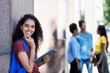 Lachende türkische Studentin mit Tablet