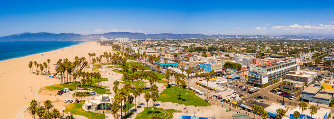 Fotomurales - Aerial view of the Venice Beach district, in LA, California, near the artist Rip Cronk. A view of the beach, tennis courts, muscle gym, palm trees and the  main broadway.