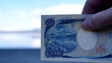 日本銀行券1000円とそのモデルになった富士山