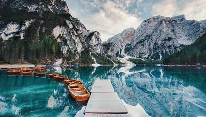 Tuinposter Bergen Steg am Bergsee mit Booten