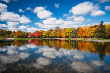 Foto auf Acrylglas Wasserfalle Autumn trees reflected on Beaver Lake, Mont Royal, Montreal, Quebec, Canada
