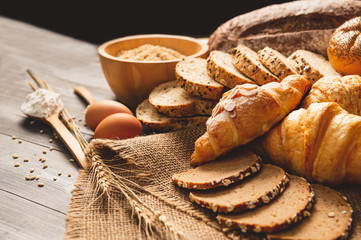 In de dag Bakkerij Different kinds of bread with nutrition whole grains on wooden background. Food and bakery in kitchen concept. Delicious breakfast gouemet and meal. Carbohydrate organic food cuisine homemade
