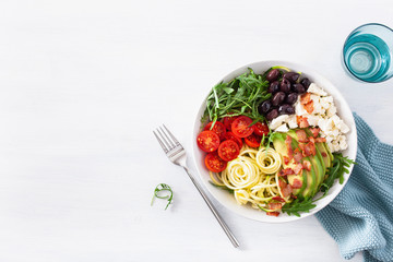 ketogenic lunch bowl: spiralized courgette with avocado, tomato, feta cheese, olives, bacon Fototapete