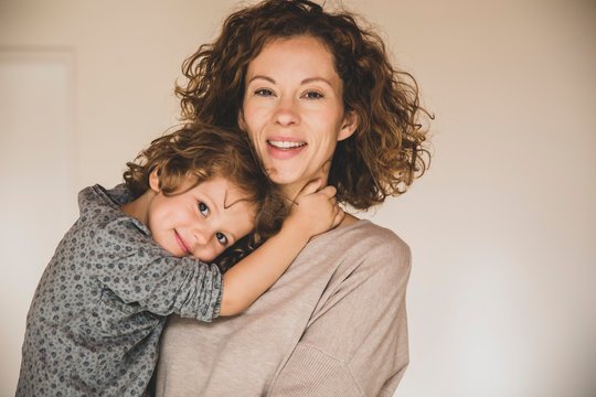 Mutter mit Kind im Arm
