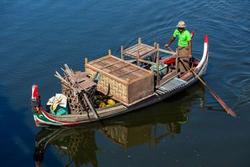 Boot in der Nähe von der U-Bein-Brücke in Myanmar