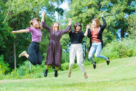 ジャンプする女性たち