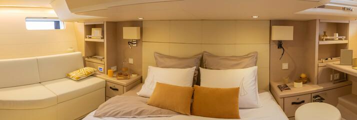 Photo panorama de la cabine propriétaire - capitaine - du voilier Jeanneau 64 avec banquette grand lit double et bureau - voilier de luxe yacht plaisance maritime