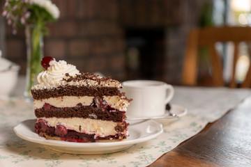 Schwarzwälder Kirschtorte / Sahnetorte / Deutsche Torte / Kirschtorte / Tortenstück / Torte Teller Kaffee