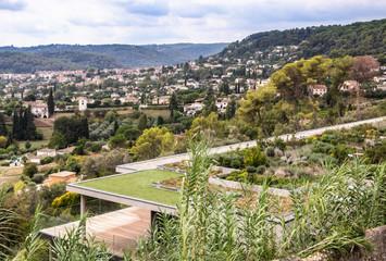 Toit arboré - jardin sur le toit d'un immeuble moderne à Saint Paul de Vence dans les Alpes-Maritimes Côte d'Azur Provence France avec vue sur le village de La Colle sur Loup - urbanisme esthétique