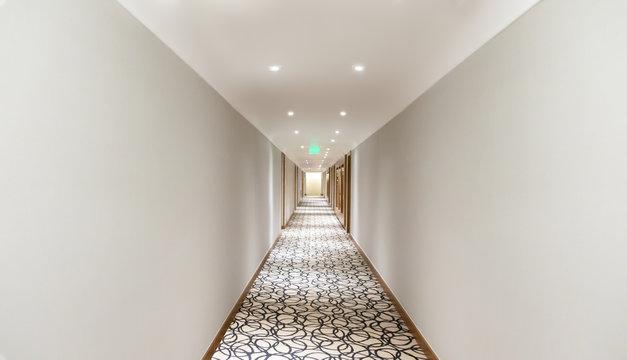 corredor longo com carpete