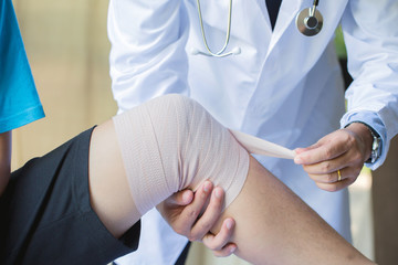 Physical hands Wrap the knee to the patient.