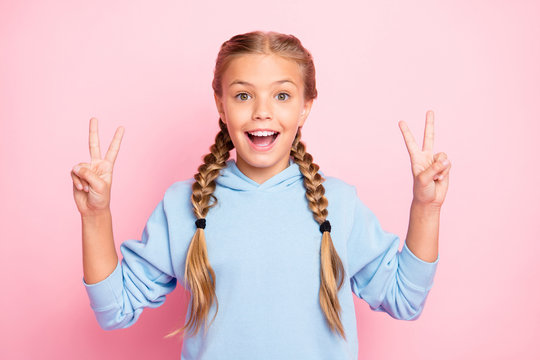 Photo of cheerful cute casual blonde haired overjoyed girl seeing her girlfriend and greeting her by showing v-sign isolated over pastel color background