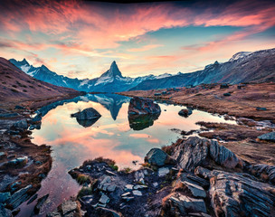 Foto op Plexiglas Cappuccino Awesome morning view of Stellisee lake with Matterhorn / Cervino peak on background. Fantastic autumn scene of Swiss Alps, Zermatt resort location, Switzerland, Europe.
