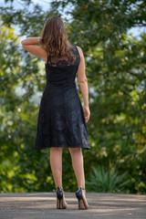 Bella modella abito estivo e tacchi alti