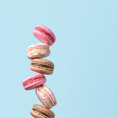 Photo sur Toile Macarons Macaroons isolated on a blue background.