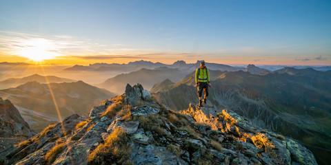 Fototapete - Herbstwanderung in den Bergen
