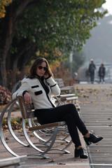 Donna seduta su panchina