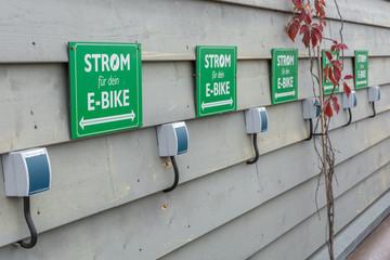 Steckdosen für E-Bikes als Symbol für den Ausbau des Netzes von Ladestationen