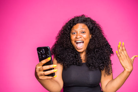 a beautiful Nigerian lady got shocked by what she saw on her phone