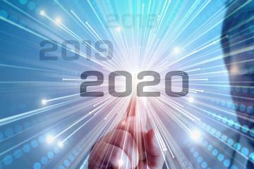 Ein Mann weist auf Jahr 2020 hin