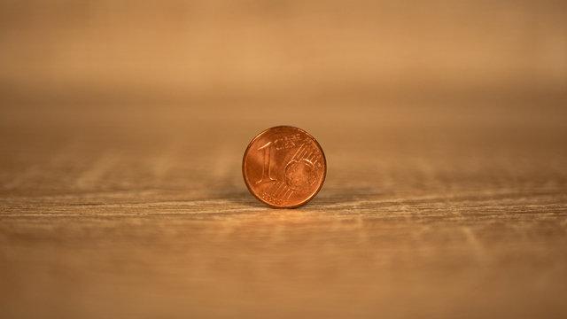 Pièce de 1 centimes debout sur une table