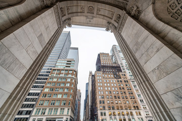Spoed Foto op Canvas Milan Buidlings of Manhattan framed by arch