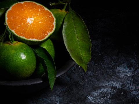 Succoso mandarino miyagawa tagliato su sfondo nero