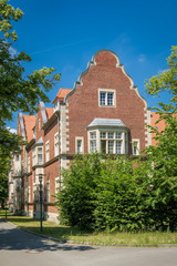 """Krankenhausgebäude (Haus 208) im denkmalgeschützten """"Klinikcampus C. W. Hufeland"""", Teil der historischen """"Heilanstalten Berlin-Buch"""" (Blick von Südosten)"""
