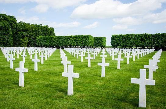 alignement de croix blanches des soldats morts dans cimetière militaire américain après la guerre