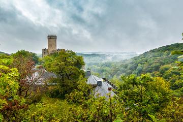 Trutzburg im Regen: Burg Pyrmont in der Südeifel