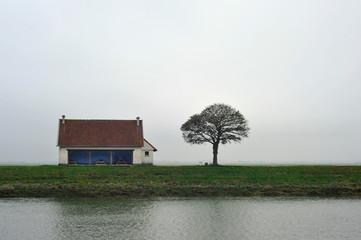 Papiers peints Blanc paysage et pique-nique solitaire dans la brume à Saint-Valery-sur-Somme, Somme en Hauts-de-France, France