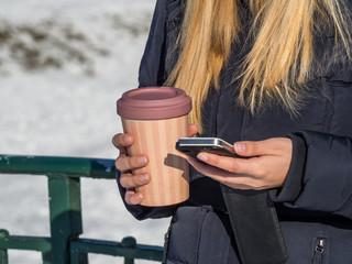 Frau mit einem Kaffee to Go