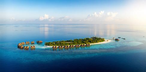 Panorama einer tropischen Paradiesinsel mit Kokosnusspalmen und feinen Sandstränden bei Sonnenuntergang, Malediven