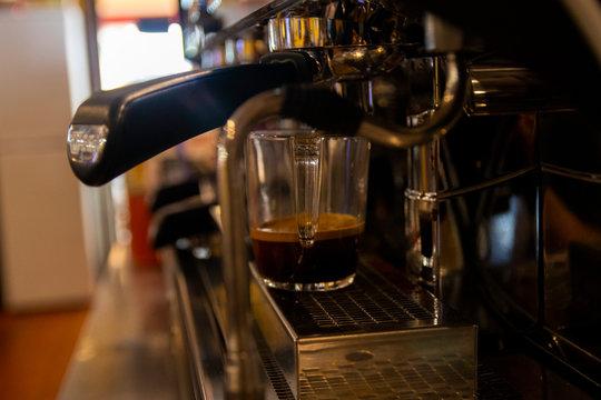 Taza de café en cafetera de bar-restaurante