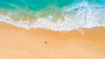 Photo sur Plexiglas Plage Aerial view of sandy beach and ocean with waves