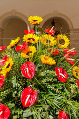 Fototapete - Floral arrangement with red anthurium flowers and yellow sunflowers.