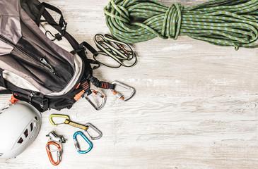 Pakowanie plecaka na wyjazd wspinaczkowy. Sprzęt wspinaczkowy: lina, ekspresy, kask.