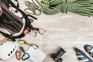 Pakowanie sprzętu wspinaczkowego na wyjazd w skały. Sprzęt wspinaczkowy: lina, buty, ekspresy, kask.