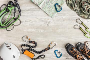 Sprzęt wspinaczkowy: uprząż, lonża, buty, karabinki, kask.  Przygotowanie sprzętu na wyjazd wspinaczkowy.