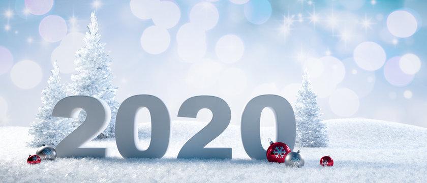 Jahreszahl 2020 im Schnee mit Weihnachtskugeln
