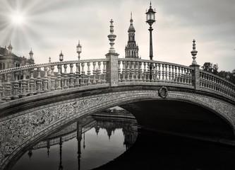 Piękny strzał most nad wodą z latarnią w czarny i biały - 295570145