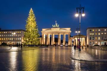 Fotomurales - Brandenburg Gate with Christmas tree during winter season, Berlin, Germany