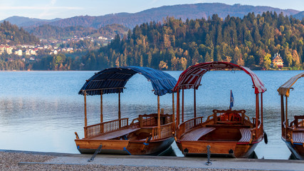 Holzboote am Lake Bled in Slowenien