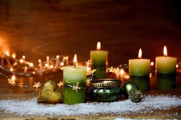 Weihnachtsdekoration mit grünen Kerzen - Adventskerzen vierter Advent Wall mural