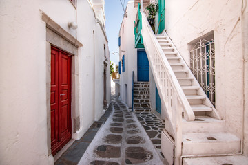 Narrow street in town centre of Mykonos, Greece. Fototapete