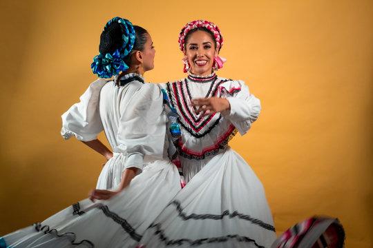 Joven pareja gay lesbianas adelitas amor abrazo mexicana cultura traje típico blanco