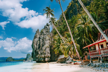 Philippines scenic, Palawan - El Nido island hopping tour view of karst Pinagbuyutan Island, cliffs and deserted house Fototapete