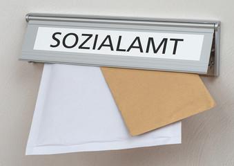 Posteinwurf mit der Beschriftung Sozialamt