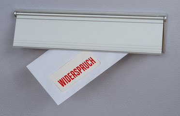 Brief mit der Beschriftung Widerspruch in Briefschlitz