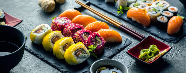 Aluminium Prints Sushi bar Sushi Set Sashimi und Sushirollen auf Steinschiefer serviert